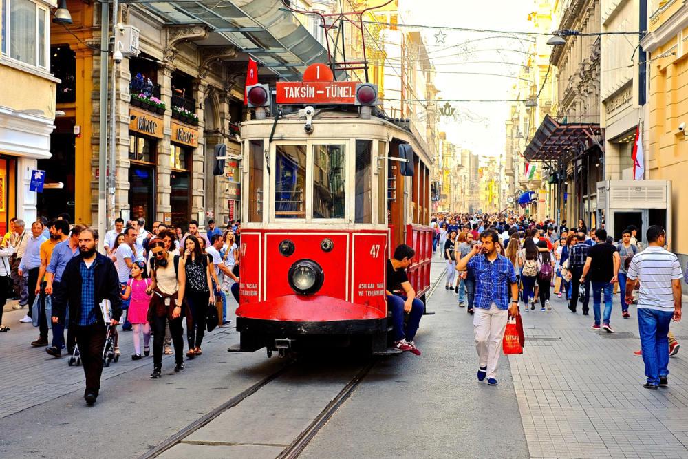 Fahrt mit der nostalgischen Trambahn durch das moderne Istanbul
